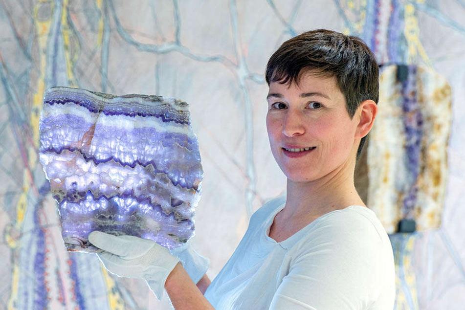 Ausstellungskuratorin Dr. Thorid Zierold (40) mit einer Amethystscheibe aus dem erzgebirgischen Mildenau.