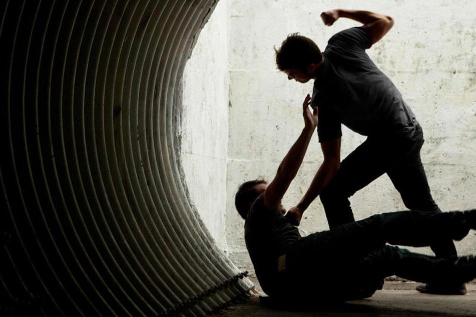 Erst verfolgten sie ihn, warfen mit Dosen nach ihm, schließlich griff einer der Jugendlichen zum Pfefferspray. (Symbolbild)