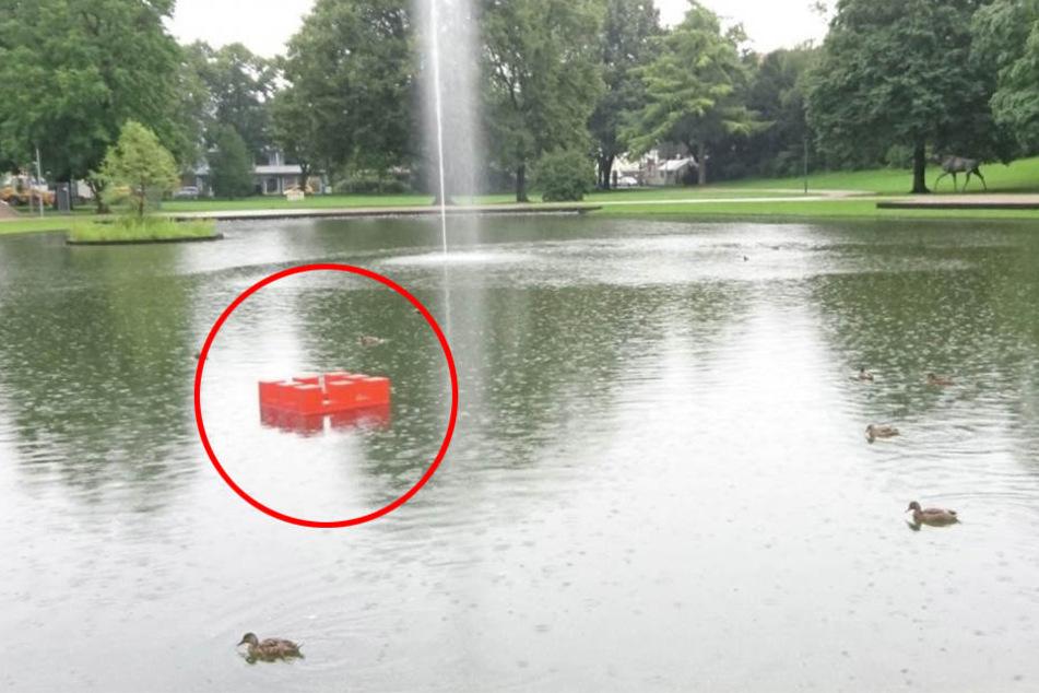 Das Bielefelder Stadtlogo ist im See vom Bürgerpark versenkt worden.
