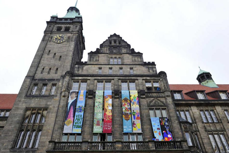 Seit vergangenen Freitag hängen wieder bunte Friedensbanner am Rathaus.