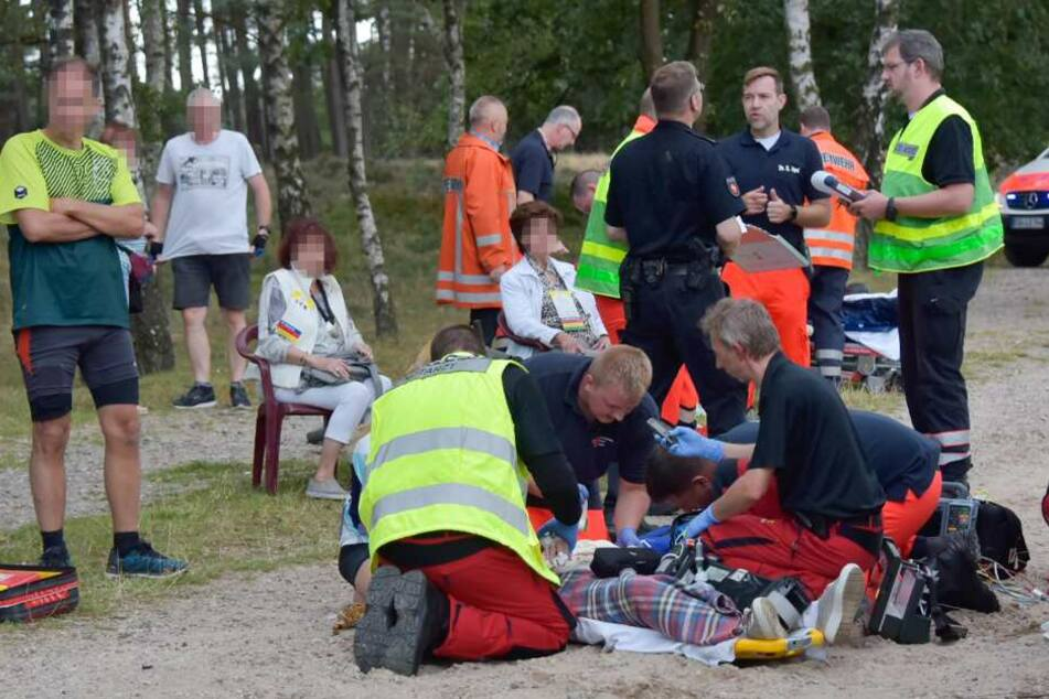 Verletzte werden an der Unfallstelle behandelt.