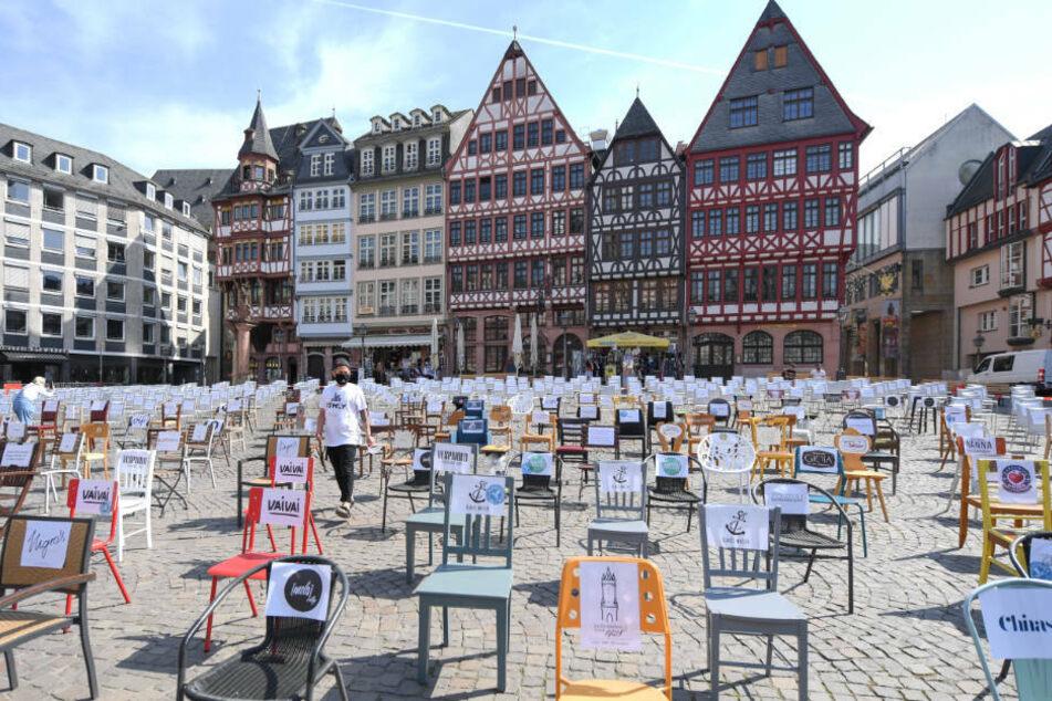 Warum stehen auf dem Römerberg 1000 leere Stühle?