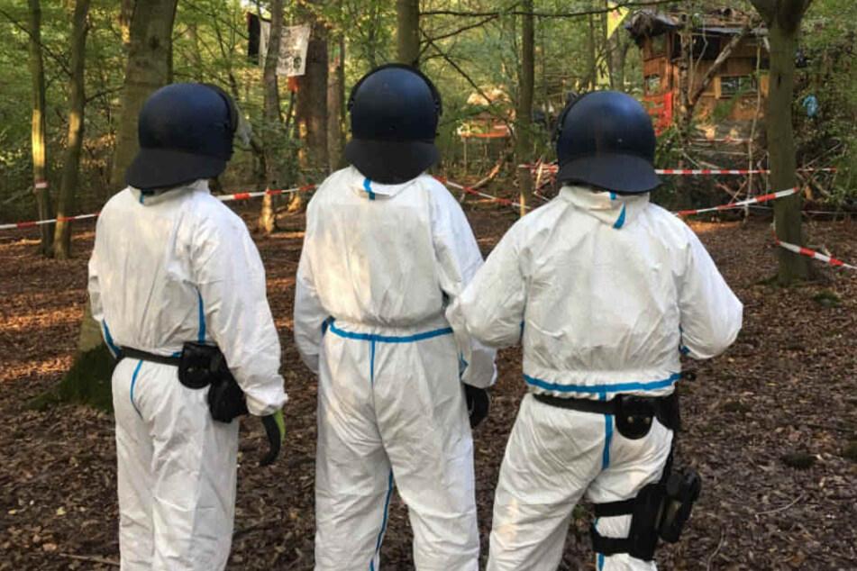 Die Polizisten haben Schutz-Anzüge wegen der Fäkal-Attacken angelegt.