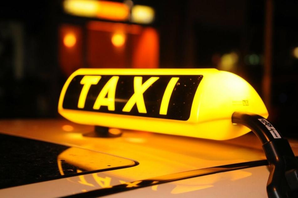 Ein Taxischild leuchtet in der Nacht: In Neuaubing bei München hatte der Streit eines Taxifahrers mit seinen Gästen schlimme Folgen. (Symbolbild)