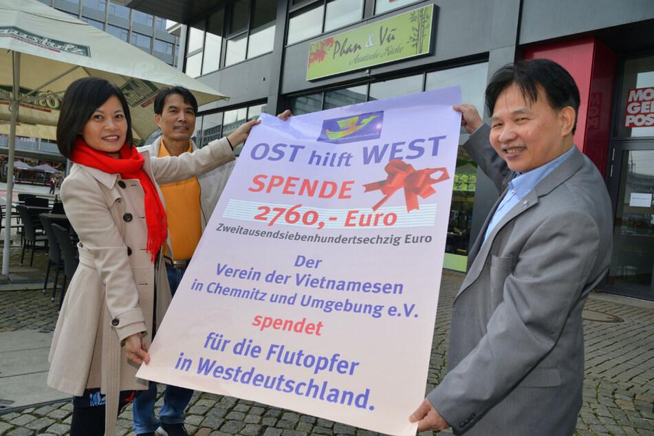 Chemnitzer Vietnamesen helfen Flutopfern: Stolz präsentieren Viet Ha Tran Thi (50), Ke Phan Dac (60) und Van Tat Thang (63, v.l.) ihr Spendenplakat.