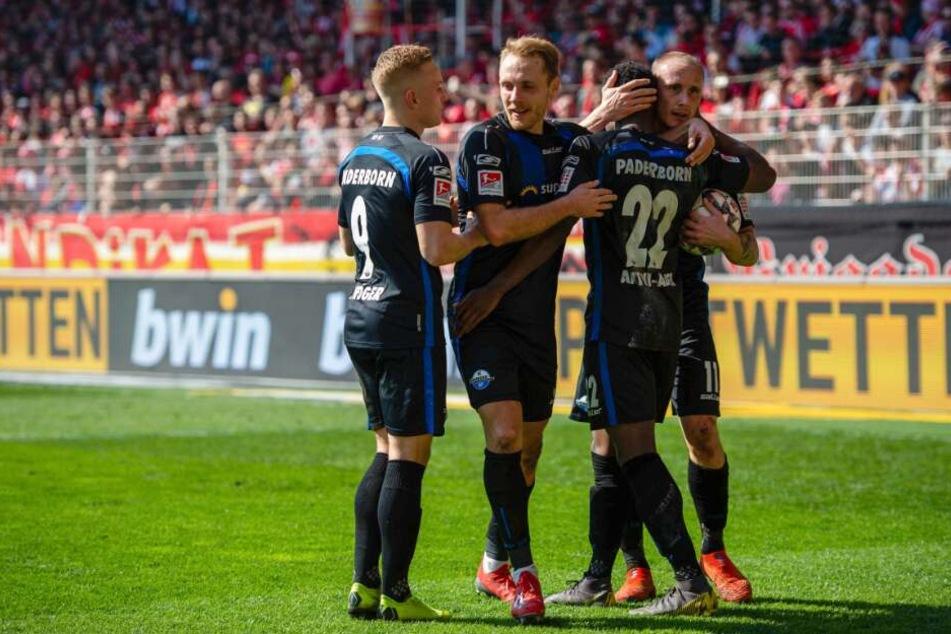Die Paderborner feiern den 1:0-Treffer durch Christopher Antwi-Adjej (2. v. r.).