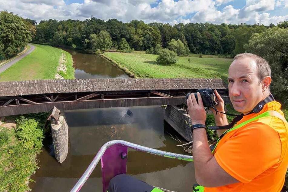 Gutachter Silvio May stellte die gravierend Mängel an der Holzbrücke fest. Nun wird der Röhrensteg saniert.