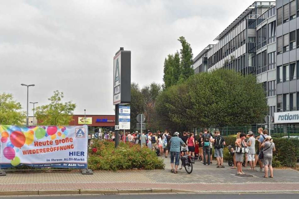 Die Schlange vor ALDI an der Chemnitzer Straße war mehr als 100 Meter lang.