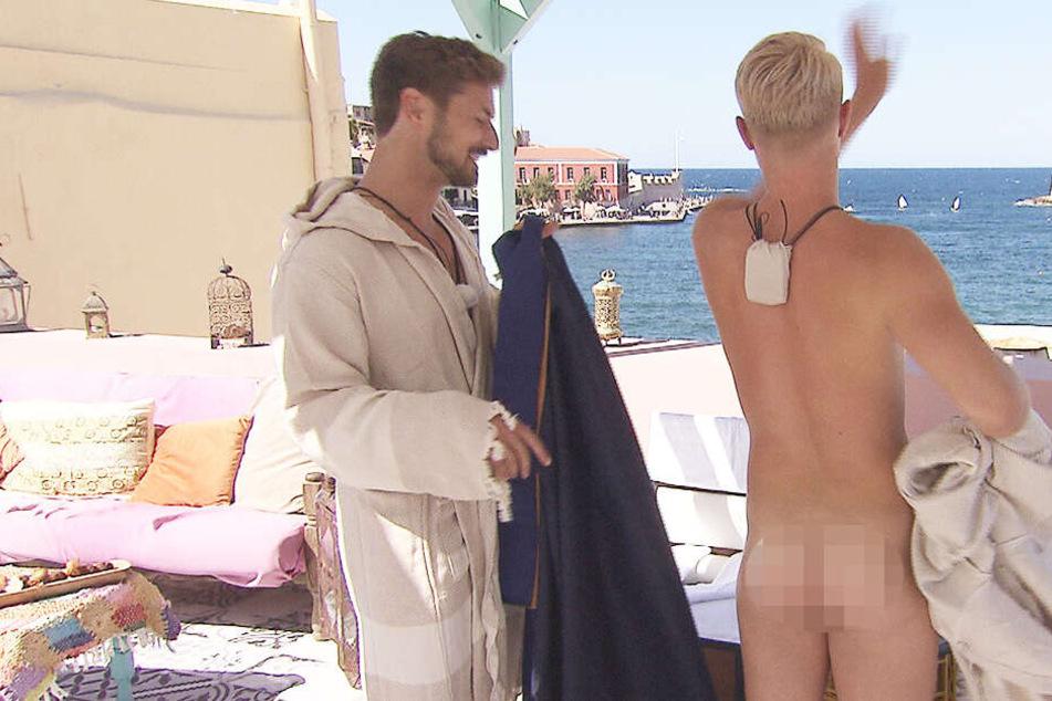 Ein schöner Rücken kann auch entzücken: Beim Po-Date riskiert Nicolas (l.) einen Blick auf Aarons nackten Körper.