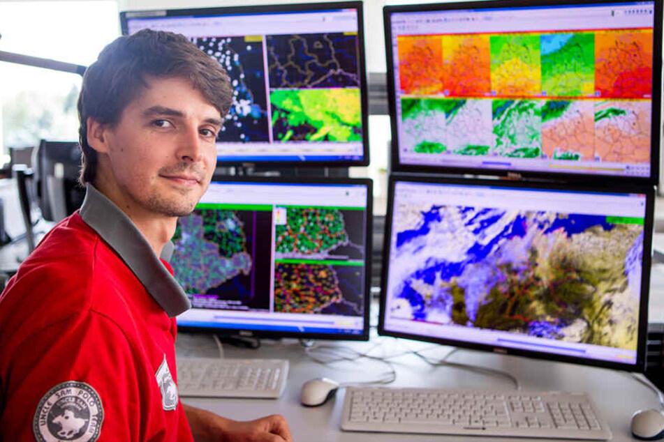 Die Leipziger DWD-Wetterzentrale sieht aus wie die Kommandozentrale von  Raumschiff Enterprise: Hier prophezeit Meteorologe Florian Engelmann (29) das  Wetter für Sachsen, Sachsen-Anhalt und Thüringen.