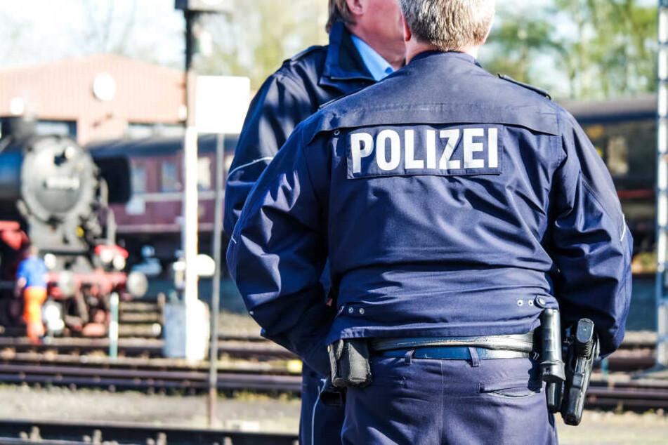 Die Polizisten mussten Verstärkung rufen um den Mann unter Kontrolle zu bekommen. (Symbolbild)