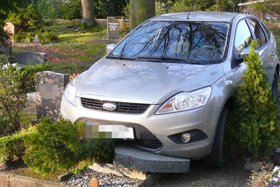 Erst nachdem er über zwei Gräber gerollt war, kam der Ford zum Stehen.