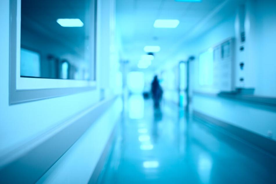 Die Familie brachte den Mann ins Krankenhaus, nachdem er immer mehr wirre Dinge erzählte. (Symbolbild)