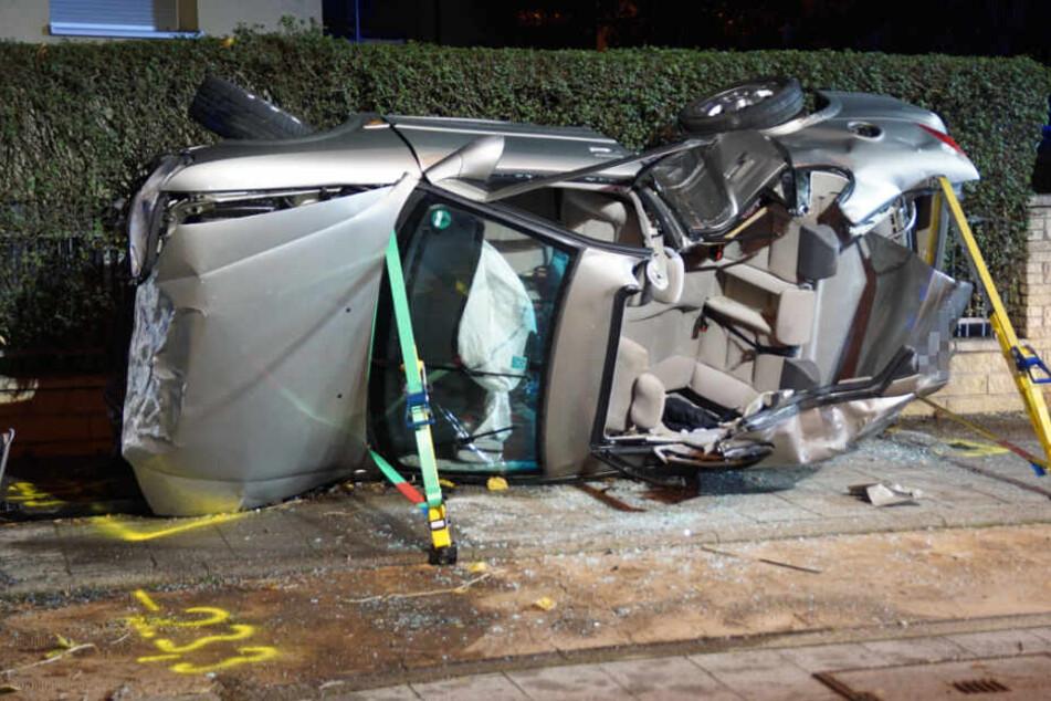 Der Opel kippte durch die Wucht des Aufpralls zur Seite und kam zum Liegen.