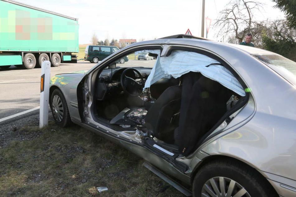 Der Mercedes war auf der B169 mit dem LKW kollidiert.