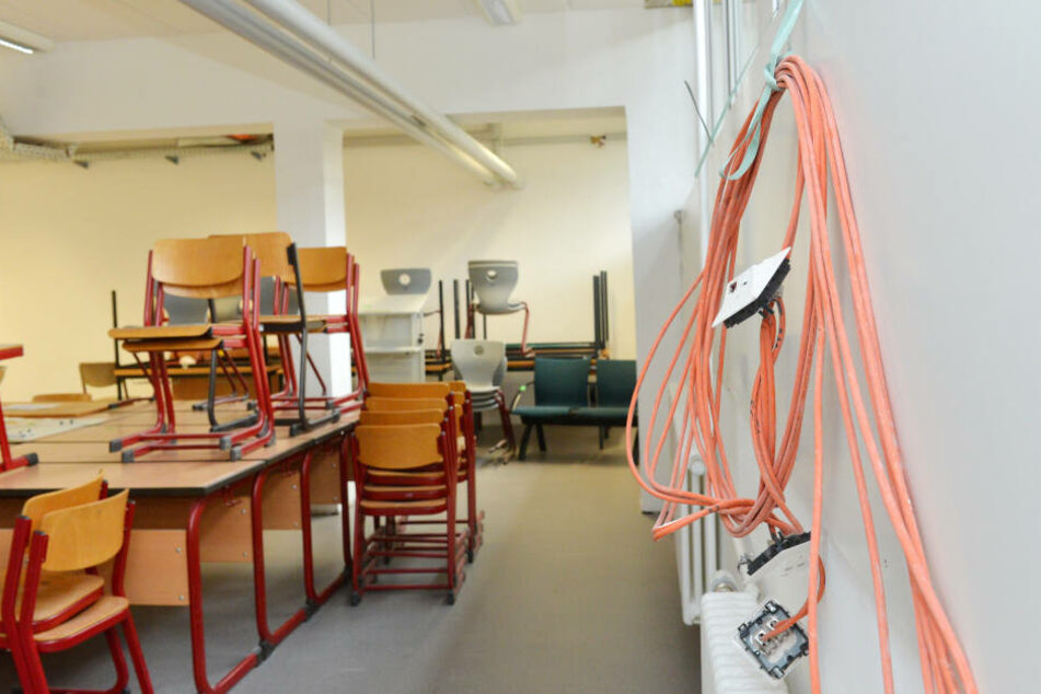 Unglaublich: In Klassenzimmern hängen sogar noch Kabel aus der Wand.