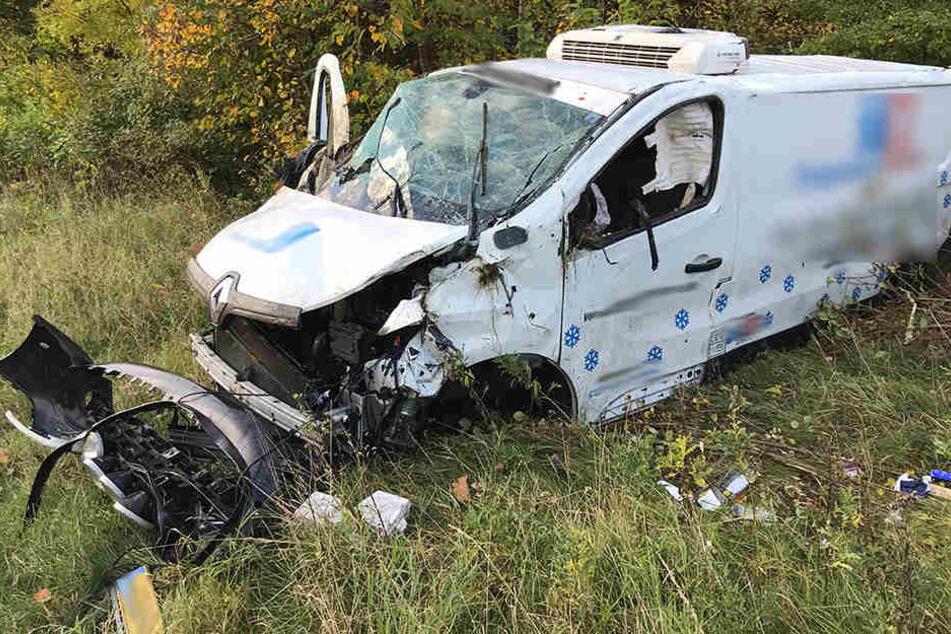 Der Transporter wurde bei dem Unfall über die Leitplanke geschleudert.