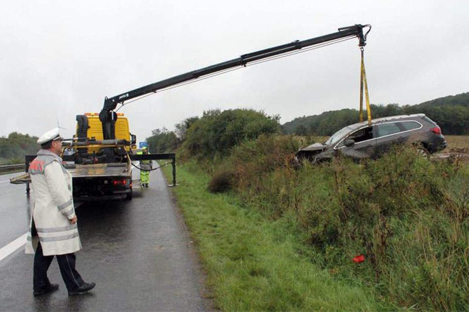 Ein Abschleppwagen musste den Opel mit Totalschaden von der Wiese neben der Autobahn holen.