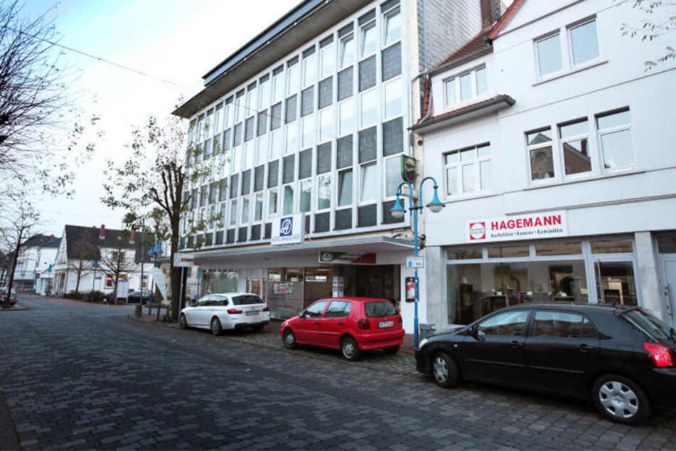 Ein Stückchen weiter die Bahnhofstraße runter steht der Nachtclub, in dessen Hinterhof der 46-Jährige Bünder raste.