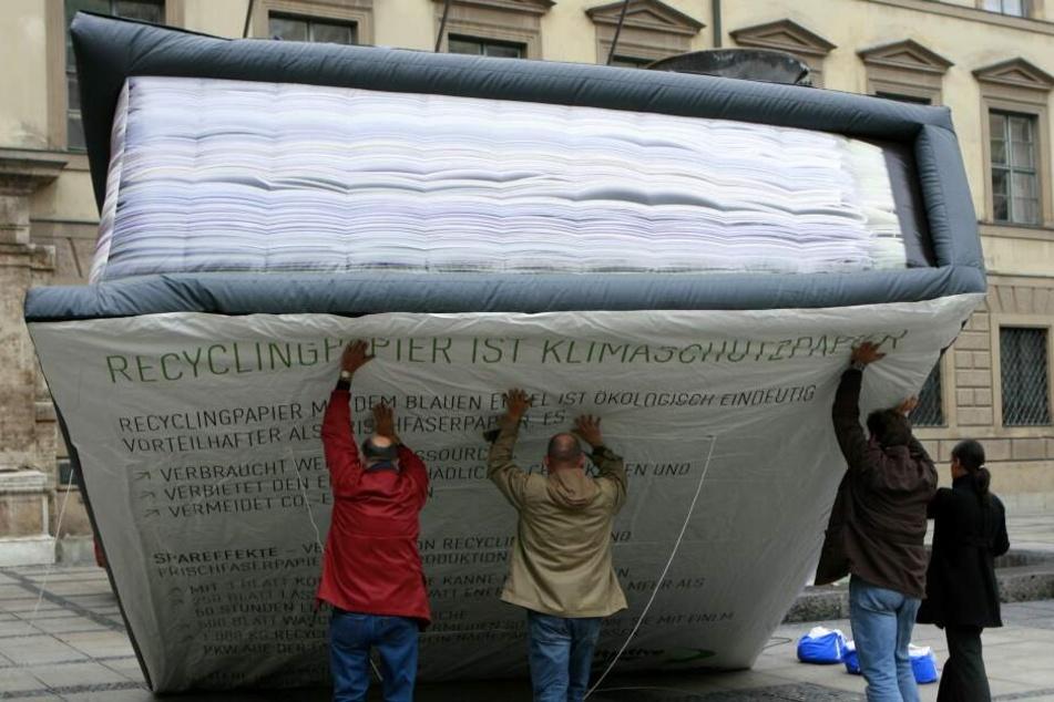 """Schon vor Jahren warb die Initiative """"Pro Recyclingpapier"""" in München mit diesem überdimensionalen Aktenordner. Inzwischen tut sich was."""