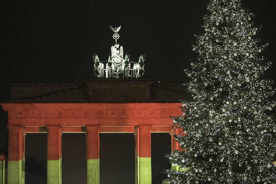 Hier der Beweis: Am 20. Dezember wurde das Brandenburger Tor schwarz-rot-gold angestrahlt.