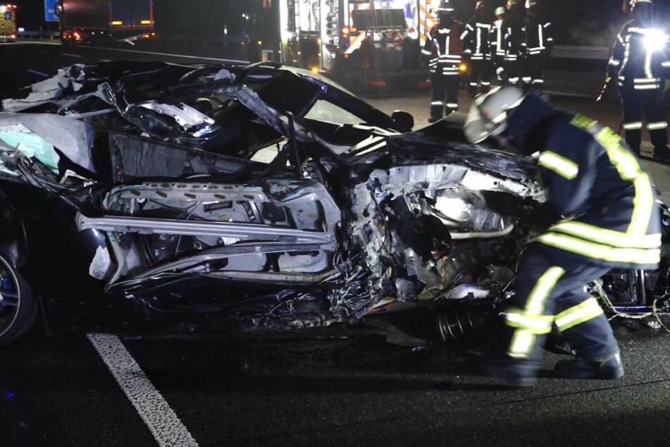 Junger BMW-Fahrer kracht mit hohem Tempo in Lkw