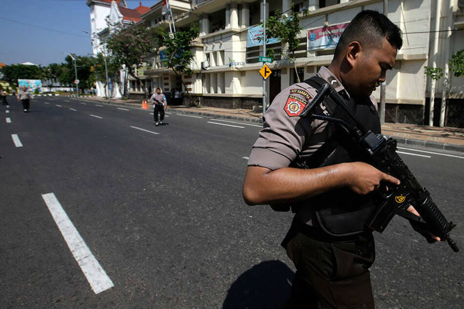 Bei der Explosion der Autobombe habe es Opfer gegeben, wie viele ist noch unklar. Die Polizei sicherte den Bereich großräumig ab.