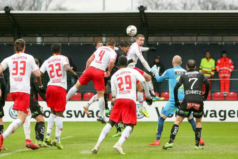 Willi Orban (#4) erzielte per Kopf das einzige Tor im Trainingszentrum am Cottaweg.