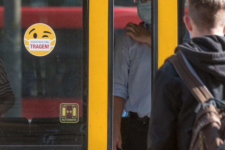 Im öffentlichen Personennahverkehr herrscht die Pflicht einen Mund-Nasenschutz zu tragen. Die Polizei will ab Montag die Maskenpflicht in Bussen und Bahnen kontrollieren.