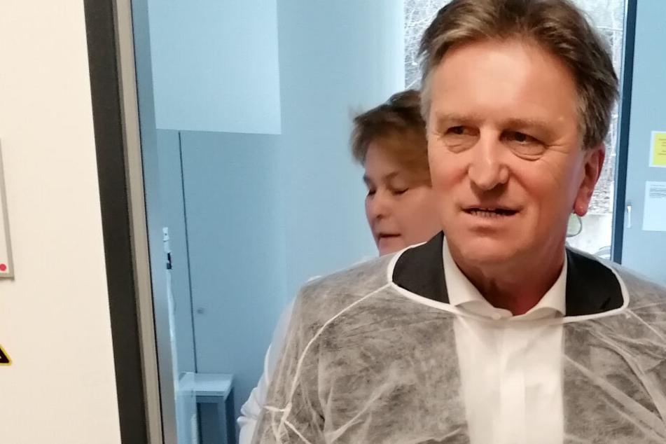 Manne Lucha bei einer Pressekonferenz im Landesgesundheitsamt.