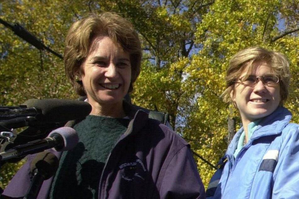Die Gouverneurskandidatin von Maryland, Kathleen Kennedy Townsend (l.), lächelt neben ihrer Tochter Maeve Kennedy Townsend bei einer Pressekonferenz anlässlich ihrer Niederlage.