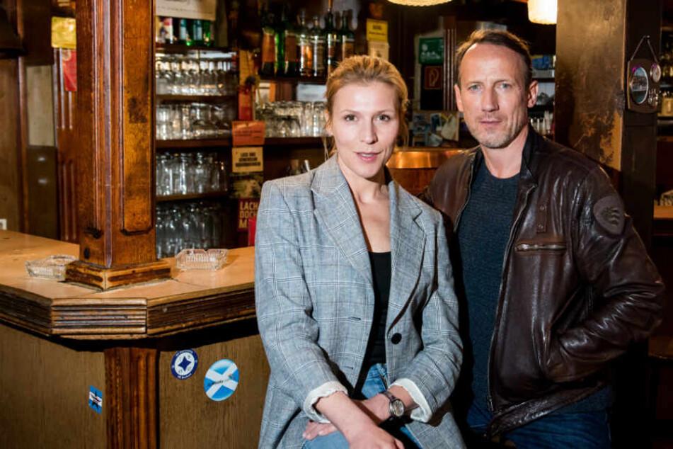 Die Schauspieler Franziska Weisz und Wotan Wilke Möhring sitzen während eines Fototermins zum NDR-Tatort zusammen (Archivbild).