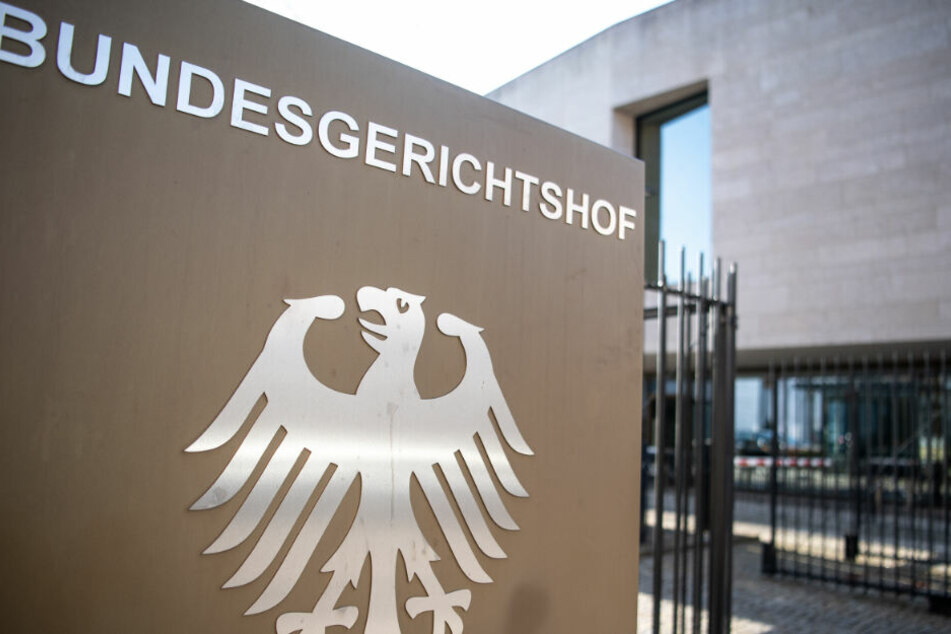 """Ein Hinweisschild mit Bundesadler und dem Schriftzug """"Bundesgerichtshof"""" am BGH. (Symbolbild)"""