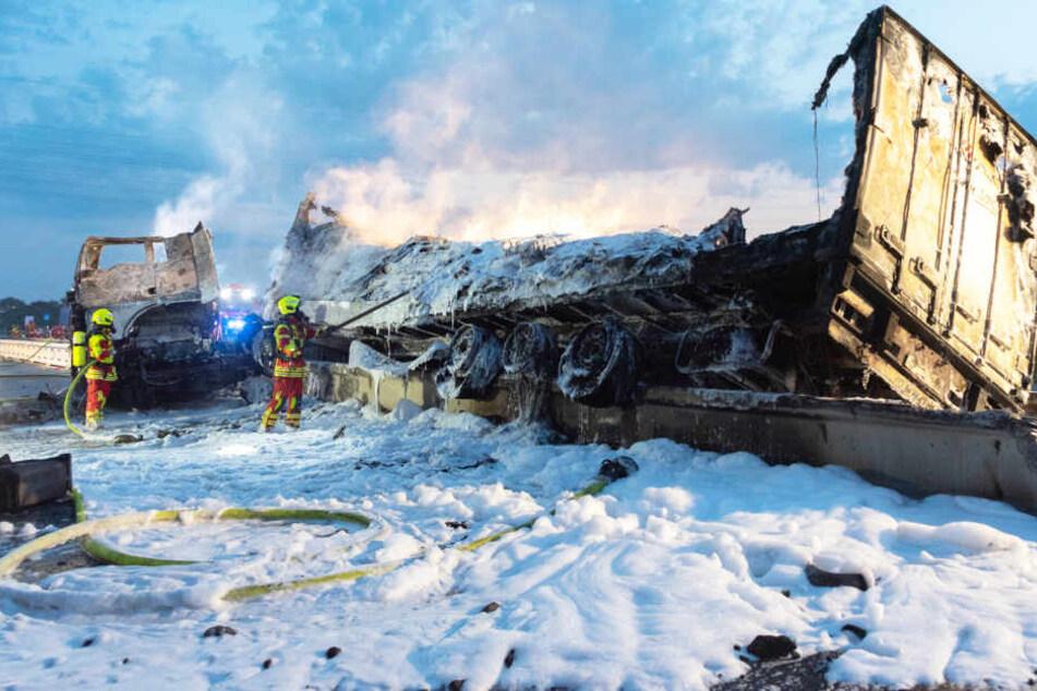 Der Lastwagen brannte völlig aus. Die Feuerwehr löschte das Feuer mit Schaum.
