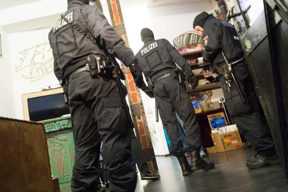 Bei der Razzia hatten Beamte auch den Fan-Shop der 187 Strassenbande durchsucht.