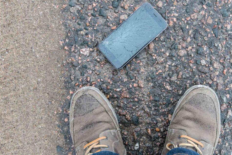 Weil ein Handy zu Boden fiel, gerieten die Männer in eine Auseinandersetzung. (Symbolbild)