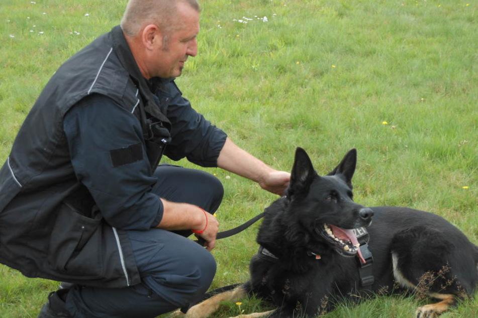 """Ein Polizeibeamter von der Diensthundeführergruppe Osnabrück mit seinem Diensthund """"Yvo""""."""