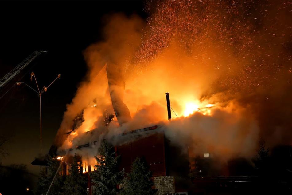 Am Haus entstand ein erheblicher Sachschaden von rund 150.000 Euro. (Symbolbild)