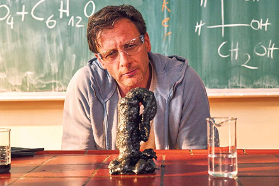 """Henrik Duryn (49) spielt """"Der Lehrer"""" Stefan Vollmer, der an einer  Gesamtschule in Köln unter anderem Chemie unterrichtet."""