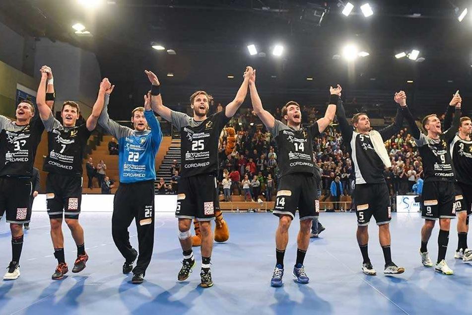 La ola! Der HC Elbflorenz feierte ausgelassen seinen zweiten Saisonsieg. Der fiel am Ende äußerst beeindruckend aus.