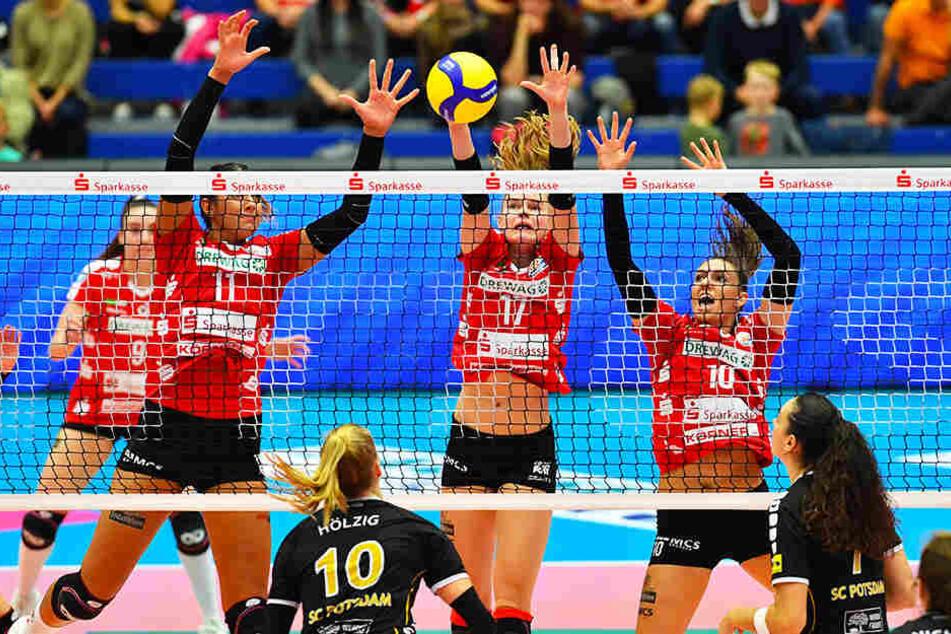 Die Dresdnerinnen Milica Kubura, Camilla Weitzel und Lena Stigrot blocken gegen Potsdams Annegret Hölzig. Am Ende gab es dennoch eine Niederlage.