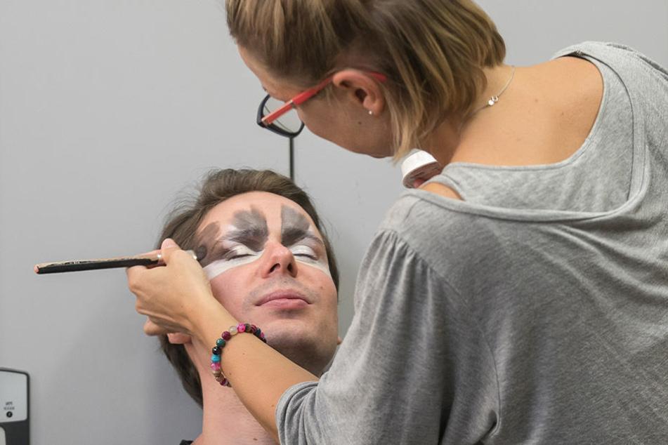Da gibt's was auf die Augen: Maskenbildnerin György Zsófi legt mit dem Pinsel  los.