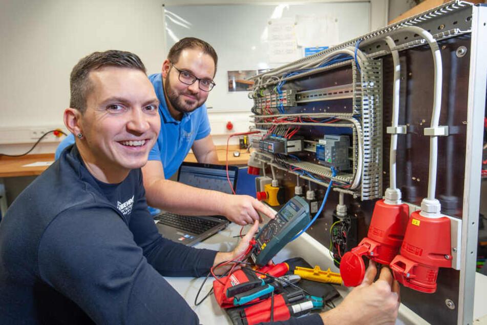 André Emmerlich (31) wird von Lehrmeister Peter Kellner (32) zum Energie- und Gebäudetechniker ausgebildet.