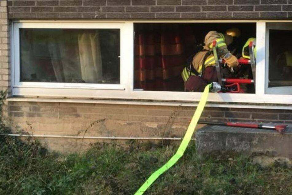 Durch ein Fenster kamen die Feuerwehrmänner in die Wohnung.