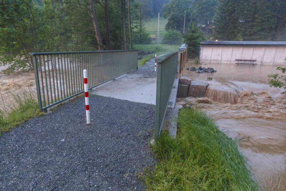 Bis zu 50 Liter Regen gab es bei dem Unwetter in einer Stunde. Viele Bäche konnten den Wassermassen nicht standhalten.