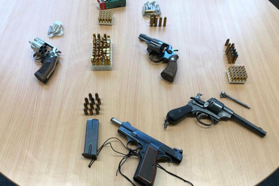 Bei der Durchsuchung wurden scharfe Schusswaffen gefunden.
