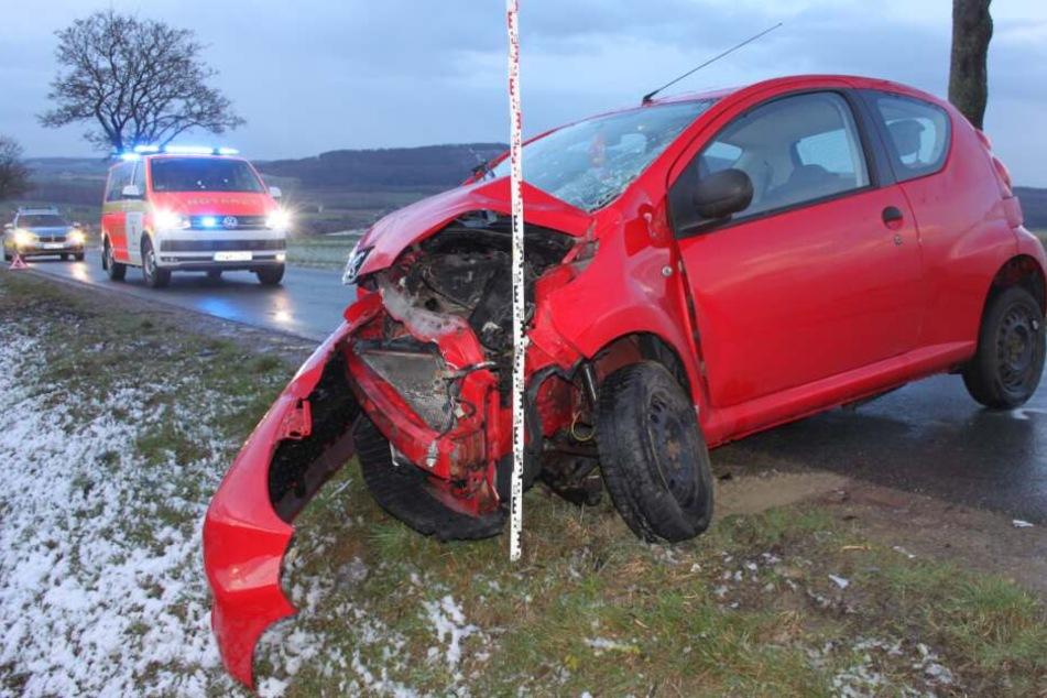 Der 40-Jährige krachte mit seinem Wagen gegen einen Baum.