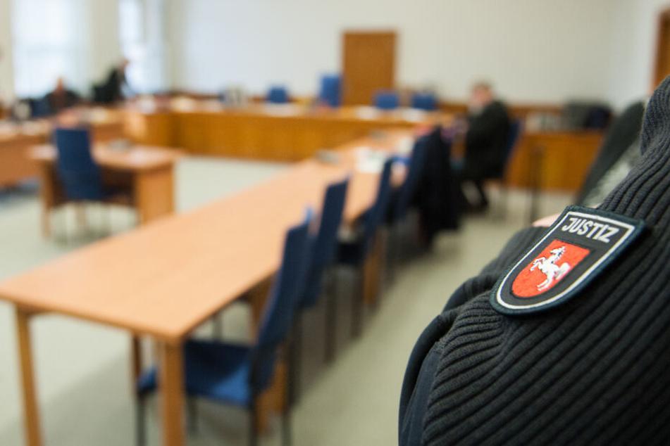 Ein Justizbeamter steht im Gerichtssaal des Lüneburger Landgerichts.