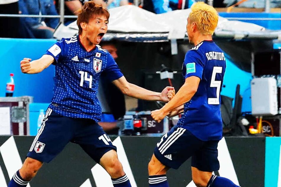 Japans Torschütze zum 1:1 - Takashi Inui (l.) - brüllt die Freude über sein Tor hinaus. Vorlagengeber Yuto Nagatomo (r.) beglückwunscht den früheren Frankfurter.