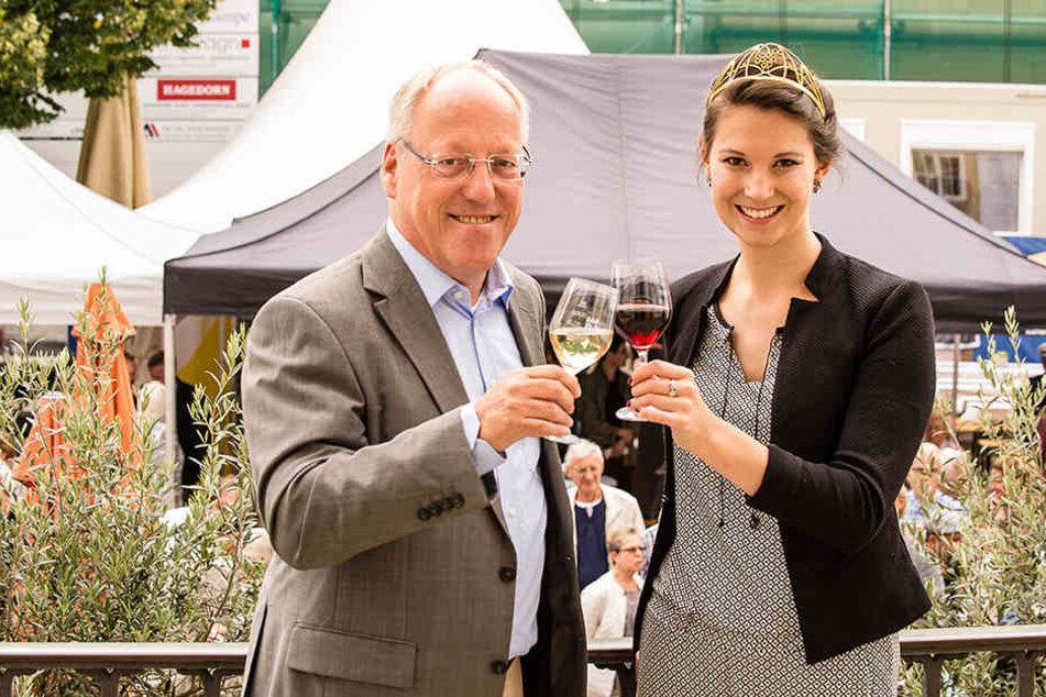 OB Pit Clausen (55, SPD) und die Deutsche Weinprinzessin Christina Schneider eröffneten den Weinmarkt am Dienstag.